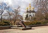 St. Katheryna church and cannon in Chernigov, Ukraine — Stock Photo