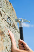 Hand of the Climber and hammer — Stock Photo