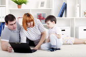 Family looking at a laptop — Stock Photo