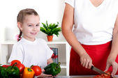 Mom and daughter cooking together — Stockfoto