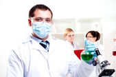 Chemist working in the laboratory — 图库照片