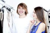 ショッピング モールで笑顔のカップル — ストック写真