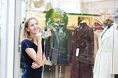 Young woman in mall buying clothes — Stock Photo