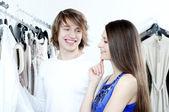 Coppia di sorriso dello shopping al centro commerciale — Foto Stock