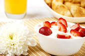 Bowl of Strawberries and Cream — Stock Photo