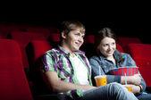 Para w kino, oglądając film — Zdjęcie stockowe