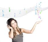 Joven atractiva listado a la música — Foto de Stock