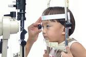 少年の目の検査 — ストック写真