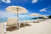白沙滩伞 — 图库照片