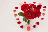 Bouquet of red roses and a lot of hearts on a white background — Stock Photo