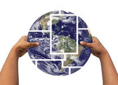 Kvinna montering och hålla jorden bilder — Stockfoto