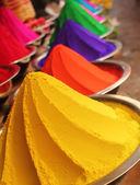 Kleurrijke stapels van gepoederde kleurstoffen op display — Stockfoto