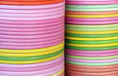 Placas de várias cores, empilhadas uns contra os outros — Foto Stock