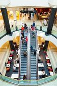 Vivendoem um shopping — Fotografia Stock
