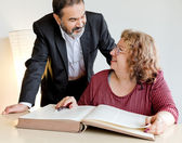 Adulte couple derrière le livre — Photo