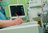 Kardiyogram monitör ameliyat odası — Stok fotoğraf