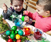 Boys dyeing eggs easter fun — Stock Photo