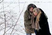 Winter-feld-kampf-paar — Stockfoto