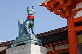在京都的伏见 inari 神社狐狸雕像 — 图库照片