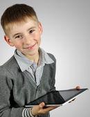 タブレット コンピューターを使用して少年 — ストック写真