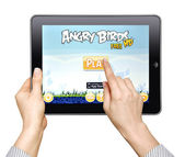 Woman play in the game Angry Birds — Stock Photo