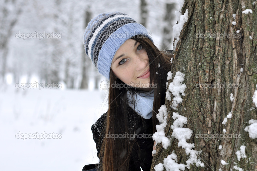 Portrait of beautiful smiling girl in snowy winter forest — Stock Photo #8632986