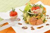 Salada de abacate e salmão — Foto Stock