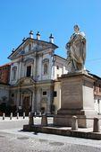 Kerk en standbeeld, novara — Stockfoto