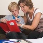 fare i compiti con la madre — Foto Stock
