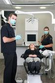 看護士と患者の歯科医 — ストック写真