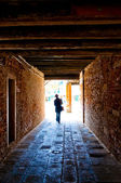 Man går ut ur tunneln — Stockfoto