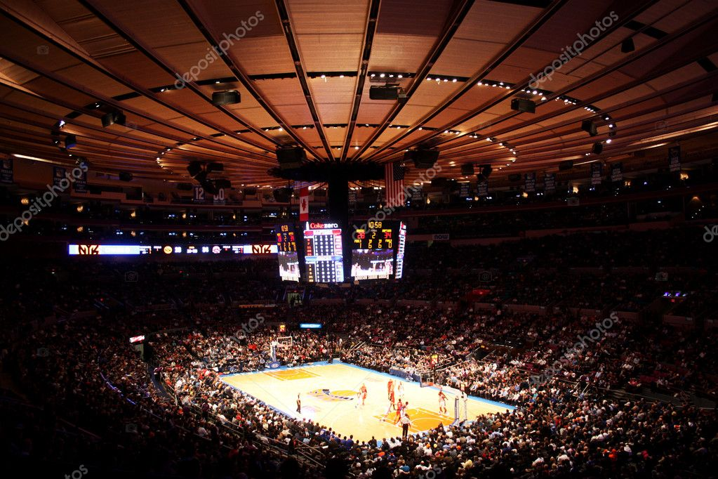 Panoramic view of madison square garden during NBA match: ny knicks vs toronto raprtors in december 2011 — Stock Photo #8437293