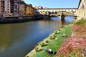 Odpočiňte si ve florencii před slavný most — Stock fotografie