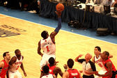 Amare Stoudemire getting the ball during NBA knicks match at madison square garden — Stock Photo