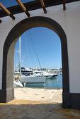 Marina przez brama — Zdjęcie stockowe