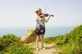 Młody skrzypek nad morzem — Zdjęcie stockowe