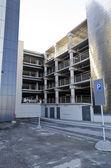 Widok wielopoziomowy parking dla pojazdów. — Zdjęcie stockowe