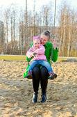 Mutter und tochter auf der schaukel — Stockfoto
