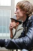Ragazzi difficili. ritratto di due uomo in piedi sul balcone — Foto Stock