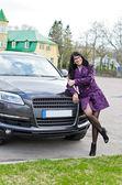 Bella donna in posa vicino auto costosa — Foto Stock