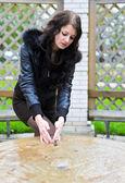 Attraktiva flicka i jacka tvättar händerna — Stockfoto