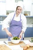 Atractivo principal cocinero preparar ensalada — Foto de Stock