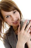 Jeune femme tenant un rétro-micro. isolé sur blanc. — Photo