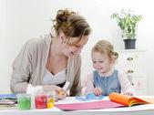 Oyma. anne ve kızı el sanatları yapıyor. — Stok fotoğraf
