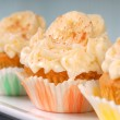 Vanilla cupcake with cream cheese frosting and sliced bananas — Stock Photo #10398130