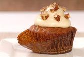 Nefis havuçlu kek kek krem peynir frosting ve somun ile — Stok fotoğraf
