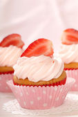 Vanilla cupcakes with stawberry frosting and strawberries — Stock Photo
