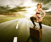 Beautiful blond woman with suitcase — Stock fotografie