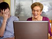 Nipote e nonna a un computer portatile — Foto Stock