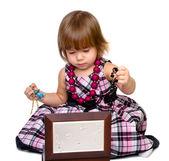 La niña abre un cuadro con una cuentas — Foto de Stock